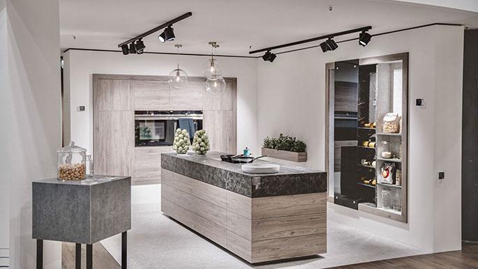 Moderne Küche mit Stromschienenstrahler